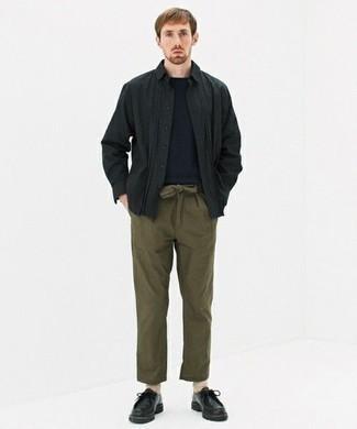 Hellbeige Socken kombinieren – 368 Herren Outfits: Tragen Sie ein schwarzes Langarmhemd und hellbeige Socken für einen entspannten Wochenend-Look. Setzen Sie bei den Schuhen auf die klassische Variante mit schwarzen Chukka-Stiefeln aus Leder.