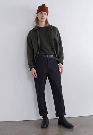 Dunkelgrünes Langarmhemd kombinieren – 371 Herren Outfits: Entscheiden Sie sich für ein dunkelgrünes Langarmhemd und eine schwarze Chinohose für ein Alltagsoutfit, das Charakter und Persönlichkeit ausstrahlt. Wählen Sie schwarzen Leder Slipper, um Ihr Modebewusstsein zu zeigen.