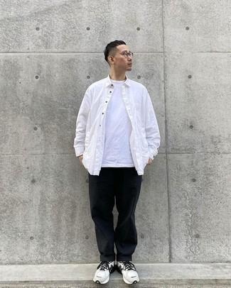 Turnschuhe kombinieren – 500+ Herren Outfits: Kombinieren Sie ein weißes Langarmhemd mit einer schwarzen Chinohose für ein sonntägliches Mittagessen mit Freunden. Warum kombinieren Sie Ihr Outfit für einen legereren Auftritt nicht mal mit Turnschuhen?