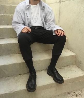 Weißes T-Shirt mit einem Rundhalsausschnitt kombinieren – 1200+ Smart-Casual Herren Outfits: Entscheiden Sie sich für ein weißes T-Shirt mit einem Rundhalsausschnitt und eine schwarze Chinohose für ein sonntägliches Mittagessen mit Freunden. Schwarze klobige Leder Derby Schuhe bringen klassische Ästhetik zum Ensemble.