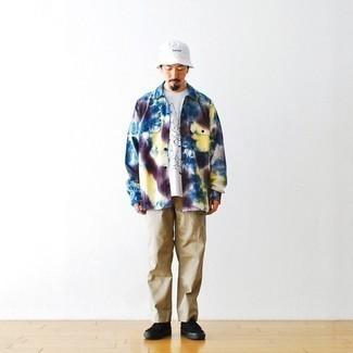 60 Jährige: Outfits Herren 2021: Entscheiden Sie sich für ein mehrfarbiges Mit Batikmuster Langarmhemd und eine beige Chinohose für ein großartiges Wochenend-Outfit. Schwarze Segeltuch niedrige Sneakers sind eine ideale Wahl, um dieses Outfit zu vervollständigen.