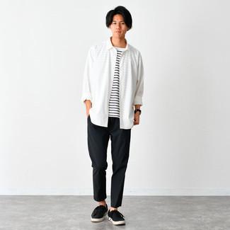 Weißes Langarmhemd kombinieren – 500+ Herren Outfits: Kombinieren Sie ein weißes Langarmhemd mit einer schwarzen Chinohose für ein großartiges Wochenend-Outfit. Machen Sie diese Aufmachung leger mit schwarzen Segeltuch niedrigen Sneakers.