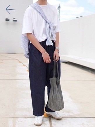 Dunkelgraue Shopper Tasche aus Segeltuch kombinieren – 84 Herren Outfits: Kombinieren Sie ein hellblaues vertikal gestreiftes Langarmhemd mit einer dunkelgrauen Shopper Tasche aus Segeltuch für einen entspannten Wochenend-Look. Machen Sie Ihr Outfit mit weißen Leder niedrigen Sneakers eleganter.
