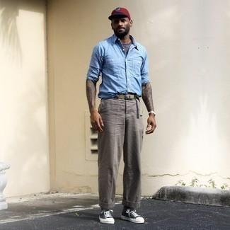 Hellblaues Chambray Langarmhemd kombinieren – 471 Herren Outfits: Vereinigen Sie ein hellblaues Chambray Langarmhemd mit einer grauen Chinohose für ein sonntägliches Mittagessen mit Freunden. Suchen Sie nach leichtem Schuhwerk? Ergänzen Sie Ihr Outfit mit schwarzen und weißen Segeltuch niedrigen Sneakers für den Tag.