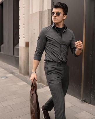Dunkelbraune Leder niedrige Sneakers kombinieren – 205 Herren Outfits: Kombinieren Sie ein dunkelgraues Langarmhemd mit einer dunkelgrauen vertikal gestreiften Chinohose für ein großartiges Wochenend-Outfit. Dunkelbraune Leder niedrige Sneakers sind eine kluge Wahl, um dieses Outfit zu vervollständigen.
