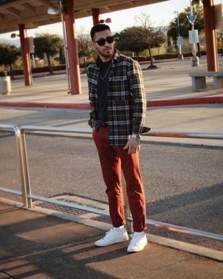 Herren Outfits 2021: Arbeitsreiche Tage verlangen nach einem einfachen, aber dennoch stylischen Outfit, wie zum Beispiel ein dunkelgrünes Langarmhemd mit Schottenmuster und ein dunkelblaues T-Shirt mit einem Rundhalsausschnitt.