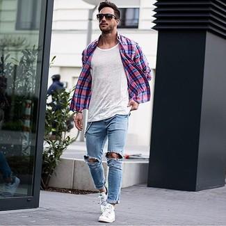 Hellblaue enge Jeans mit Destroyed-Effekten kombinieren: trends 2020: Tragen Sie ein rotes und dunkelblaues Langarmhemd mit Schottenmuster und hellblauen enge Jeans mit Destroyed-Effekten für einen entspannten Wochenend-Look. Fühlen Sie sich ideenreich? Vervollständigen Sie Ihr Outfit mit weißen niedrigen Sneakers.