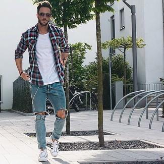 Hellblaue enge Jeans mit Destroyed-Effekten kombinieren: trends 2020: Kombinieren Sie ein weißes und rotes und dunkelblaues Langarmhemd mit Vichy-Muster mit hellblauen engen Jeans mit Destroyed-Effekten für einen entspannten Wochenend-Look. Weiße niedrige Sneakers bringen Eleganz zu einem ansonsten schlichten Look.