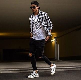 Wie kombinieren: schwarzes und weißes Langarmhemd mit Vichy-Muster, weißes und schwarzes bedrucktes T-Shirt mit einem Rundhalsausschnitt, schwarze enge Jeans mit Destroyed-Effekten, weiße und schwarze horizontal gestreifte Leder niedrige Sneakers