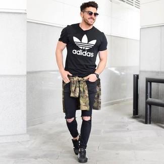 Wie kombinieren: olivgrünes Camouflage Langarmhemd, schwarzes und weißes bedrucktes T-Shirt mit einem Rundhalsausschnitt, schwarze enge Jeans mit Destroyed-Effekten, schwarze Leder niedrige Sneakers