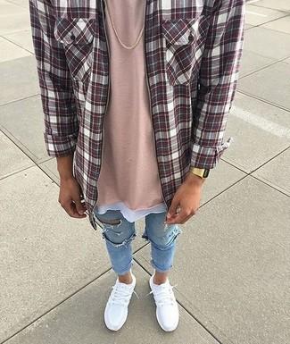 Wie kombinieren: dunkelrotes Langarmhemd mit Schottenmuster, rosa T-Shirt mit einem Rundhalsausschnitt, hellblaue enge Jeans mit Destroyed-Effekten, weiße Sportschuhe