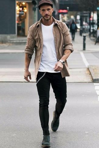 Wie kombinieren: braunes Langarmhemd, weißes T-Shirt mit einem Rundhalsausschnitt, schwarze enge Jeans, dunkelgraue Chelsea-Stiefel aus Wildleder