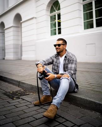 Wie kombinieren: graues Langarmhemd mit Schottenmuster, weißes T-Shirt mit einem Rundhalsausschnitt, hellblaue enge Jeans mit Destroyed-Effekten, braune Chukka-Stiefel aus Wildleder