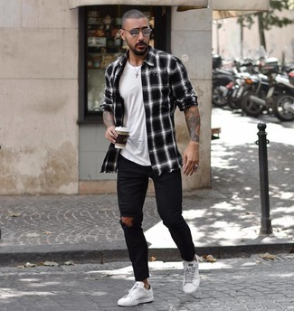 Wie kombinieren: schwarzes und weißes Langarmhemd mit Schottenmuster, weißes T-Shirt mit einem Rundhalsausschnitt, schwarze enge Jeans mit Destroyed-Effekten, weiße Leder niedrige Sneakers