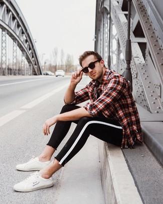 Wie kombinieren: rotes und schwarzes Langarmhemd mit Schottenmuster, schwarzes T-Shirt mit einem Rundhalsausschnitt, schwarze und weiße enge Jeans, weiße Leder niedrige Sneakers