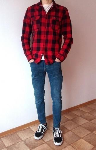 Blaue enge Jeans kombinieren: trends 2020: Für ein bequemes Couch-Outfit, kombinieren Sie ein rotes Flanell Langarmhemd mit Vichy-Muster mit blauen engen Jeans. Fühlen Sie sich ideenreich? Entscheiden Sie sich für schwarzen und weißen Segeltuch niedrige Sneakers.