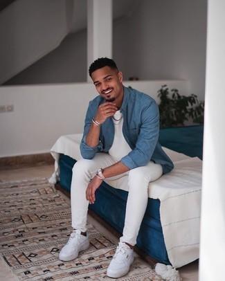 Weiße Leder niedrige Sneakers kombinieren – 500+ Herren Outfits: Kombinieren Sie ein blaues Langarmhemd mit weißen engen Jeans für ein Alltagsoutfit, das Charakter und Persönlichkeit ausstrahlt. Weiße Leder niedrige Sneakers sind eine kluge Wahl, um dieses Outfit zu vervollständigen.
