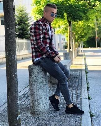 Schwarze Sportschuhe kombinieren – 500+ Herren Outfits: Erwägen Sie das Tragen von einem mehrfarbigen Langarmhemd mit Schottenmuster und dunkelgrauen engen Jeans für einen entspannten Wochenend-Look. Suchen Sie nach leichtem Schuhwerk? Vervollständigen Sie Ihr Outfit mit schwarzen Sportschuhen für den Tag.