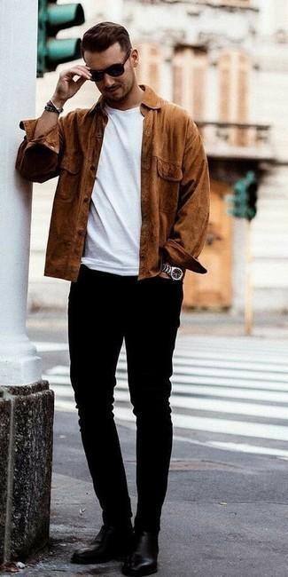 Braunes Langarmhemd kombinieren – 278 Herren Outfits: Erwägen Sie das Tragen von einem braunen Langarmhemd und schwarzen engen Jeans, um mühelos alles zu meistern, was auch immer der Tag bringen mag. Setzen Sie bei den Schuhen auf die klassische Variante mit schwarzen Chelsea Boots aus Leder.