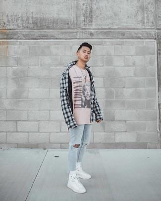 Hellblaue enge Jeans mit Destroyed-Effekten kombinieren – 286 Herren Outfits: Halten Sie Ihr Outfit locker mit einem schwarzen und weißen Langarmhemd mit Schottenmuster und hellblauen engen Jeans mit Destroyed-Effekten. Weiße hohe Sneakers aus Segeltuch sind eine großartige Wahl, um dieses Outfit zu vervollständigen.