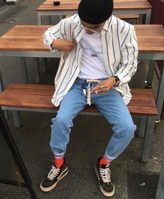 Wie kombinieren: weißes und dunkelblaues vertikal gestreiftes Langarmhemd, weißes bedrucktes T-Shirt mit einem Rundhalsausschnitt, hellblaue Jeans, schwarze hohe Sneakers