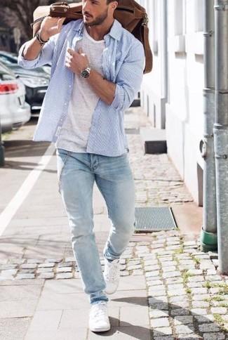 20 Jährige: Braune Leder Reisetasche kombinieren: trends 2020: Ein hellblaues Langarmhemd und eine braune Leder Reisetasche vermitteln eine sorglose und entspannte Atmosphäre. Fühlen Sie sich ideenreich? Vervollständigen Sie Ihr Outfit mit weißen niedrigen Sneakers.