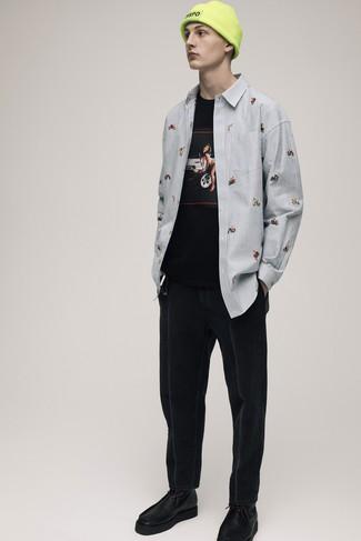 Wie kombinieren: hellblaues vertikal gestreiftes Langarmhemd, schwarzes bedrucktes T-Shirt mit einem Rundhalsausschnitt, schwarze Jeans, schwarze Chukka-Stiefel aus Leder