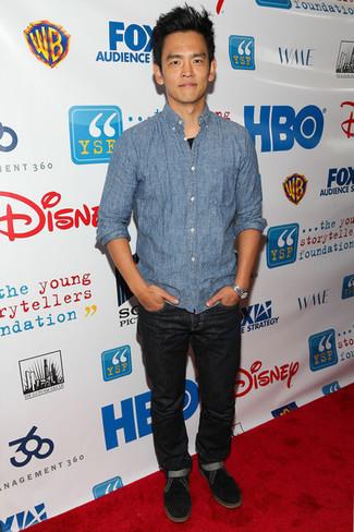 Wie kombinieren: hellblaues Langarmhemd aus Seersucker, schwarzes T-Shirt mit einem Rundhalsausschnitt, schwarze Jeans, schwarze Wildleder Derby Schuhe