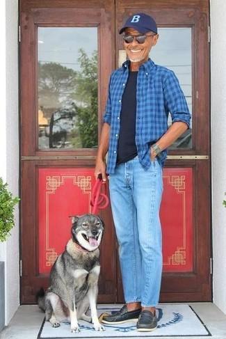 Wie kombinieren: blaues Langarmhemd mit Schottenmuster, schwarzes T-Shirt mit einem Rundhalsausschnitt, hellblaue Jeans, schwarze Leder Slipper