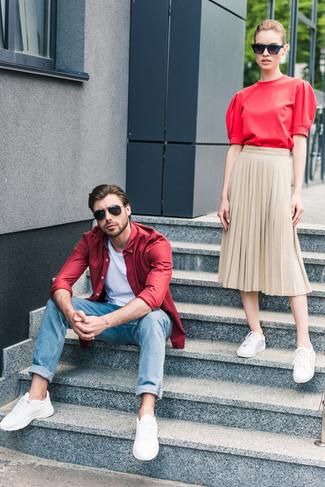 Wie kombinieren: rotes Langarmhemd, weißes T-Shirt mit einem Rundhalsausschnitt, blaue Jeans, weiße Sportschuhe
