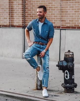 Wie kombinieren: blaues gepunktetes Chambray Langarmhemd, weißes T-Shirt mit einem Rundhalsausschnitt, blaue Jeans mit Destroyed-Effekten, weiße niedrige Sneakers