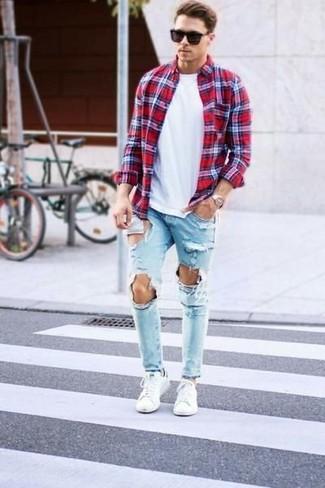 Wie kombinieren: rotes Langarmhemd mit Schottenmuster, weißes T-Shirt mit einem Rundhalsausschnitt, hellblaue Jeans mit Destroyed-Effekten, weiße niedrige Sneakers