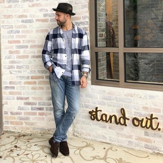 Wie kombinieren: schwarzes und weißes Flanell Langarmhemd mit Schottenmuster, graues T-Shirt mit einem Rundhalsausschnitt, hellblaue Jeans, dunkelbraune Wildleder Slipper