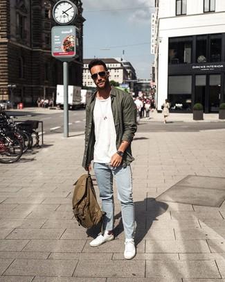 Wie kombinieren: dunkelgrünes Langarmhemd, weißes T-Shirt mit einem Rundhalsausschnitt, hellblaue Jeans, weiße niedrige Sneakers