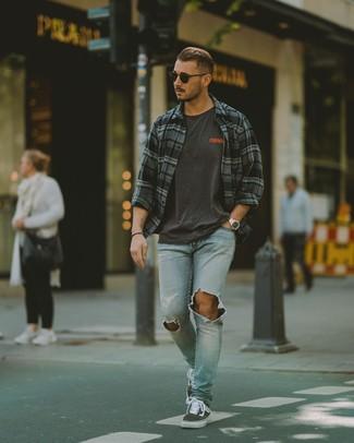 Wie kombinieren: dunkelgraues Langarmhemd mit Schottenmuster, dunkelgraues bedrucktes T-Shirt mit einem Rundhalsausschnitt, hellblaue Jeans mit Destroyed-Effekten, dunkelgraue Segeltuch niedrige Sneakers