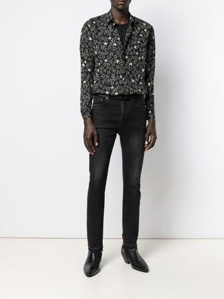 Wie kombinieren: schwarzes und weißes Langarmhemd mit Sternenmuster, schwarzes T-Shirt mit einem Rundhalsausschnitt, schwarze Jeans, schwarze Chelsea-Stiefel aus Leder