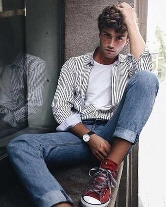 Herren Outfits & Modetrends 2020: Kombinieren Sie ein weißes und schwarzes vertikal gestreiftes Langarmhemd mit hellblauen Jeans für ein Alltagsoutfit, das Charakter und Persönlichkeit ausstrahlt. Suchen Sie nach leichtem Schuhwerk? Komplettieren Sie Ihr Outfit mit roten hohen Sneakers aus Segeltuch für den Tag.