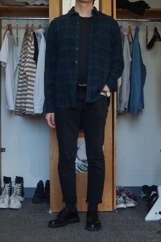 Schwarze Jeans kombinieren: trends 2020: Entscheiden Sie sich für ein dunkelblaues und grünes Flanell Langarmhemd mit Schottenmuster und schwarzen Jeans, um einen lockeren, aber dennoch stylischen Look zu erhalten. Fühlen Sie sich ideenreich? Entscheiden Sie sich für schwarzen Leder Derby Schuhe.