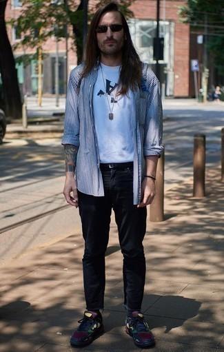 Mehrfarbige Sportschuhe kombinieren: trends 2020: Paaren Sie ein weißes und dunkelblaues vertikal gestreiftes Langarmhemd mit dunkelblauen Jeans für ein sonntägliches Mittagessen mit Freunden. Suchen Sie nach leichtem Schuhwerk? Komplettieren Sie Ihr Outfit mit mehrfarbigen Sportschuhen für den Tag.