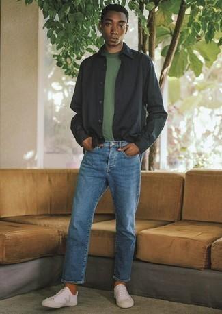 Schwarzes Langarmhemd kombinieren: trends 2020: Paaren Sie ein schwarzes Langarmhemd mit blauen Jeans, um mühelos alles zu meistern, was auch immer der Tag bringen mag. Dieses Outfit passt hervorragend zusammen mit weißen Segeltuch niedrigen Sneakers.