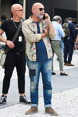 Blaue Jeans mit Flicken kombinieren: trends 2020: Tragen Sie ein hellbeige besticktes Langarmhemd und blauen Jeans mit Flicken für ein großartiges Wochenend-Outfit. Braune Wildleder niedrige Sneakers sind eine ideale Wahl, um dieses Outfit zu vervollständigen.