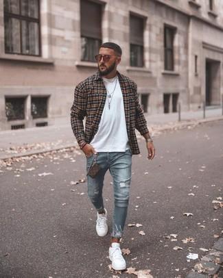 Braunes Lederarmband kombinieren: trends 2020: Für ein bequemes Couch-Outfit, kombinieren Sie ein schwarzes Langarmhemd mit Schottenmuster mit einem braunen Lederarmband. Wählen Sie weißen Segeltuch niedrige Sneakers, um Ihr Modebewusstsein zu zeigen.