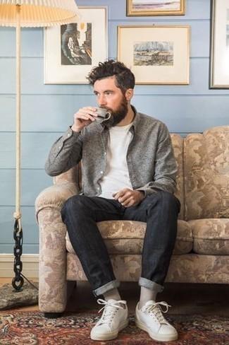 Weiße Leder niedrige Sneakers kombinieren für Sommer: trends 2020: Kombinieren Sie ein graues Langarmhemd mit dunkelgrauen Jeans für ein sonntägliches Mittagessen mit Freunden. Weiße Leder niedrige Sneakers fügen sich nahtlos in einer Vielzahl von Outfits ein. Was für eine coole Sommer-Look Idee!