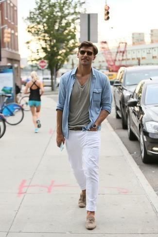 Hellbeige Wildleder Slipper kombinieren: trends 2020: Kombinieren Sie ein hellblaues Langarmhemd mit weißen Jeans für ein Alltagsoutfit, das Charakter und Persönlichkeit ausstrahlt. Komplettieren Sie Ihr Outfit mit hellbeige Wildleder Slippern, um Ihr Modebewusstsein zu zeigen.