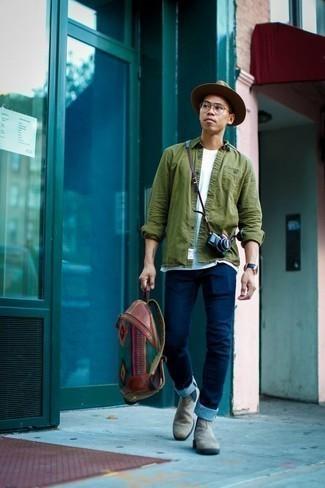 20 Jährige: Graue Chelsea Boots aus Wildleder kombinieren – 29 Herren Outfits: Paaren Sie ein olivgrünes Langarmhemd mit dunkelblauen Jeans für ein Alltagsoutfit, das Charakter und Persönlichkeit ausstrahlt. Komplettieren Sie Ihr Outfit mit grauen Chelsea Boots aus Wildleder, um Ihr Modebewusstsein zu zeigen.