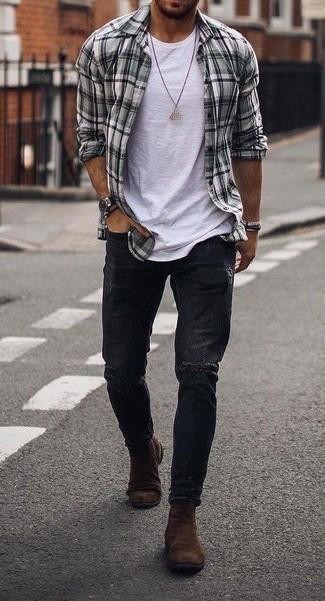 Schwarze Jeans mit Destroyed-Effekten kombinieren: trends 2020: Für ein bequemes Couch-Outfit, erwägen Sie das Tragen von einem grauen Langarmhemd mit Schottenmuster und schwarzen Jeans mit Destroyed-Effekten. Vervollständigen Sie Ihr Outfit mit braunen Chelsea Boots aus Wildleder, um Ihr Modebewusstsein zu zeigen.