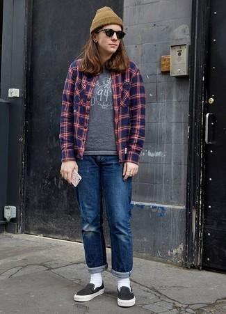 Dunkelblaues und grünes Langarmhemd mit Schottenmuster kombinieren – 18 Frühling Herren Outfits: Entscheiden Sie sich für ein dunkelblaues und grünes Langarmhemd mit Schottenmuster und blauen Jeans mit Destroyed-Effekten für einen entspannten Wochenend-Look. Wählen Sie schwarzen Slip-On Sneakers aus Segeltuch, um Ihr Modebewusstsein zu zeigen. Dieser Look ist perfekt für den Frühling.