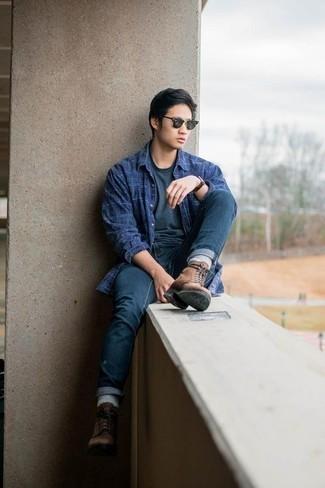 Dunkelblaues und grünes Langarmhemd mit Schottenmuster kombinieren – 246 Herren Outfits: Entscheiden Sie sich für ein dunkelblaues und grünes Langarmhemd mit Schottenmuster und dunkelblauen Jeans, um einen lockeren, aber dennoch stylischen Look zu erhalten. Fühlen Sie sich ideenreich? Wählen Sie eine braune Lederfreizeitstiefel.