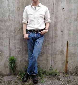 Graues T-Shirt mit einem Rundhalsausschnitt kombinieren – 994+ Herren Outfits: Kombinieren Sie ein graues T-Shirt mit einem Rundhalsausschnitt mit blauen Jeans für ein bequemes Outfit, das außerdem gut zusammen passt. Vervollständigen Sie Ihr Outfit mit dunkelbraunen Leder Oxford Schuhen, um Ihr Modebewusstsein zu zeigen.