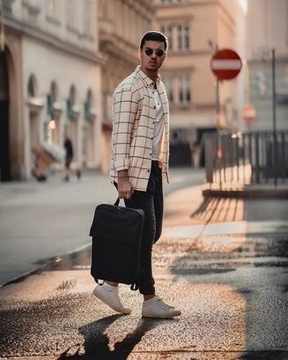 Schwarze Jeans kombinieren – 500+ Herren Outfits: Erwägen Sie das Tragen von einem hellbeige Langarmhemd mit Karomuster und schwarzen Jeans für ein Alltagsoutfit, das Charakter und Persönlichkeit ausstrahlt. Weiße Segeltuch niedrige Sneakers fügen sich nahtlos in einer Vielzahl von Outfits ein.